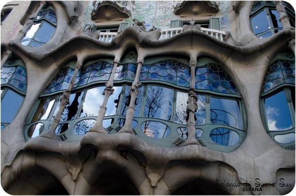 La Casa Batlló es un edificio obra del arquitecto Antoni Gaudí, máximo representante del modernismo catalán.